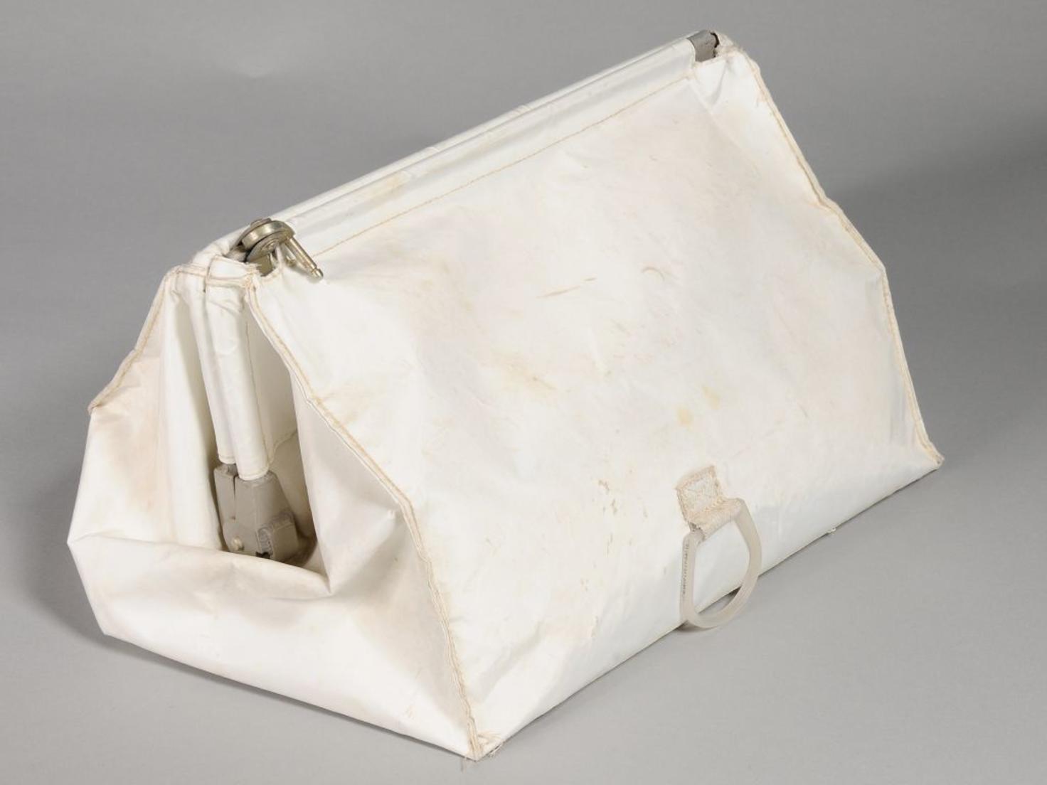 In dieser Tasche versteckte Neil Armstrong seine Mond-Souvenirs.