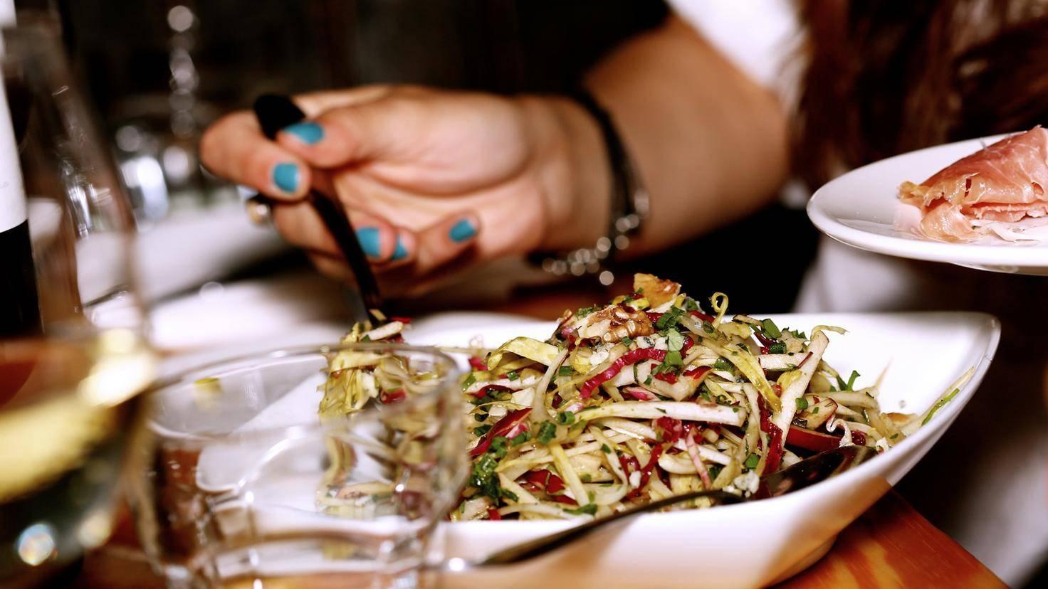 Ein leichter Salat ist eine ideale Vorspeise.