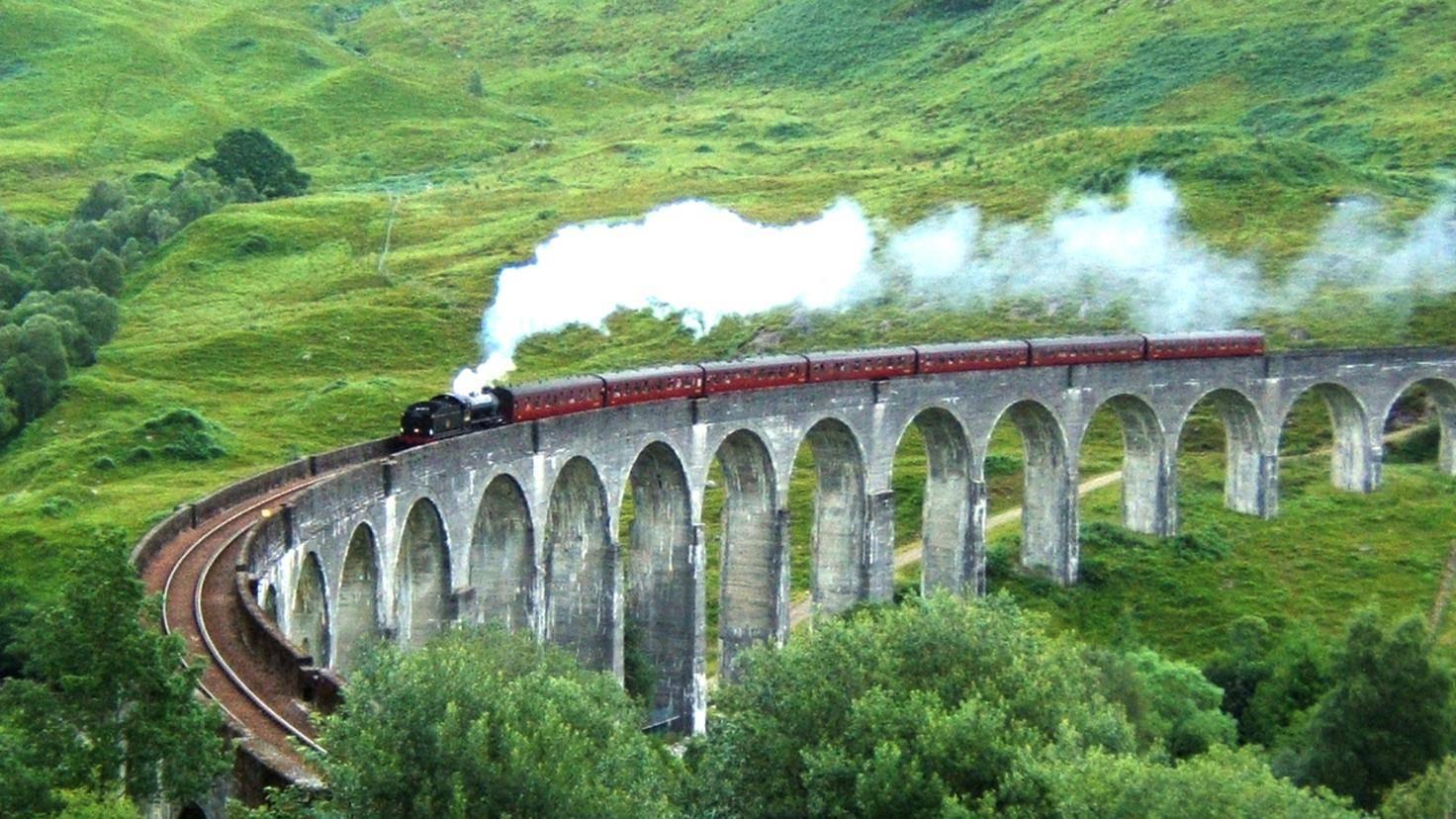 Wie im Film: Das Glenfinnan Viadukt liegt malerisch in den schottischen Highlands.