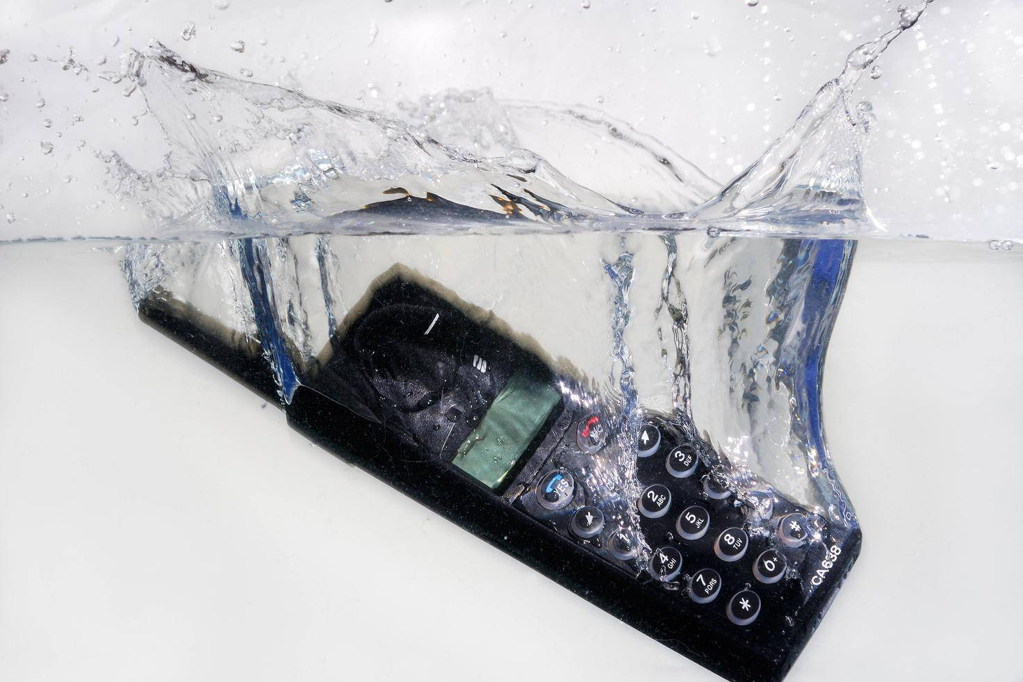 Ein Horrorszenario: Das Handy fällt ins Wasser. Was ist zu tun?