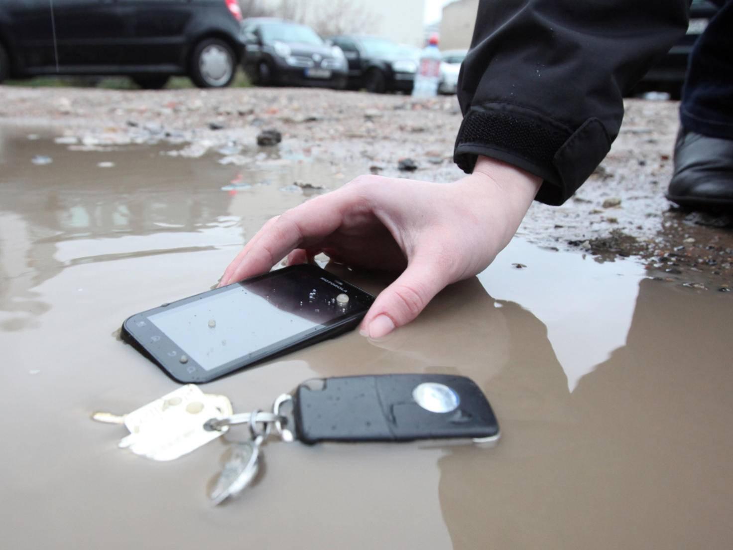 Ein Albtraum: Das Smartphone ist ins Wasser gefallen.