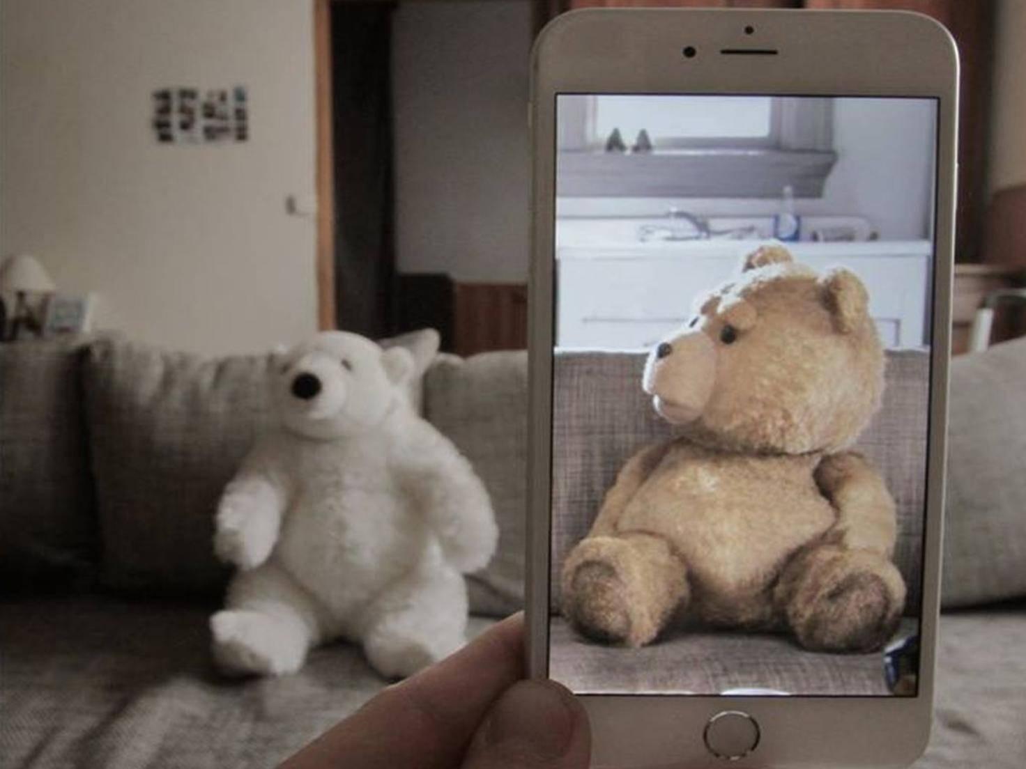 Ted ist offenbar skeptisch, wer da neben ihm sitzt.