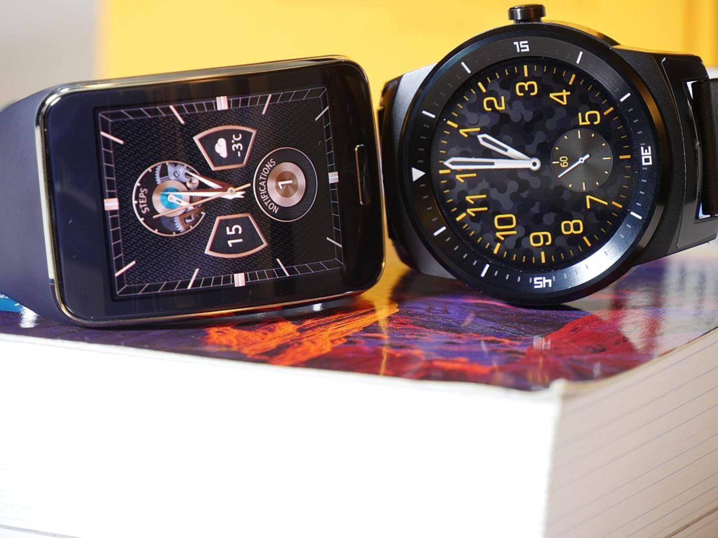 Optischer Vergleich: eckige Samsung Gear S und runde LG G Watch R.
