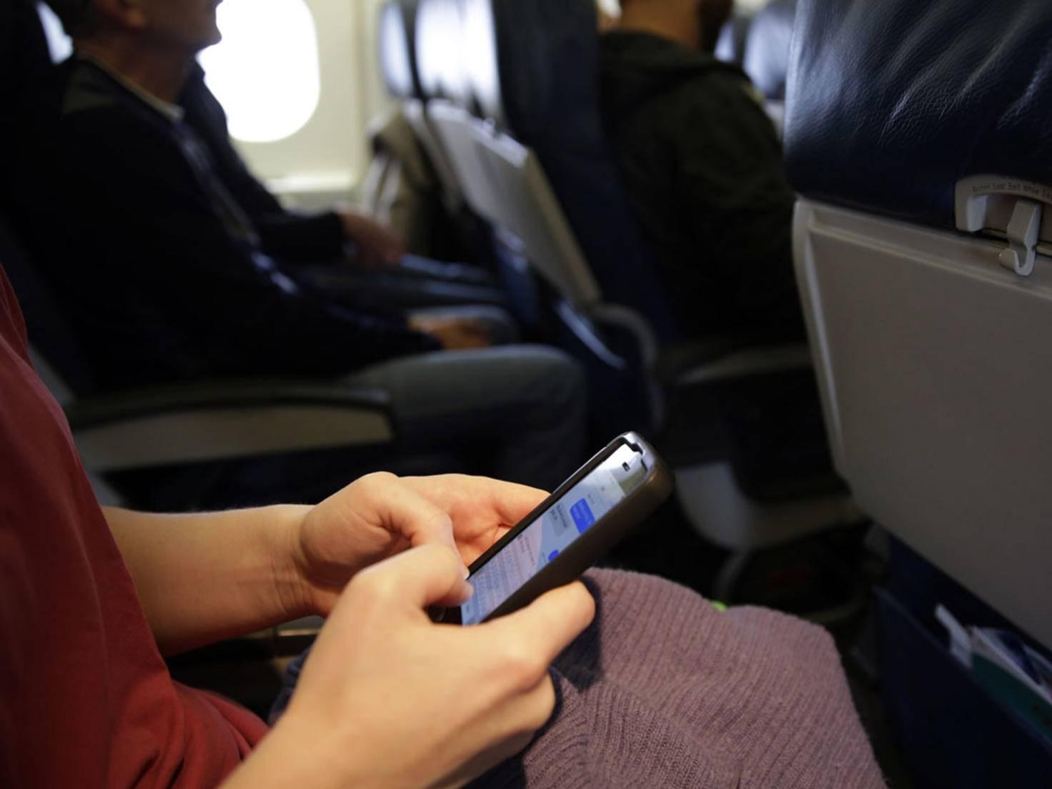 Smartphones in Flugzeugen: Die Gefahr von Störungen ist gering.