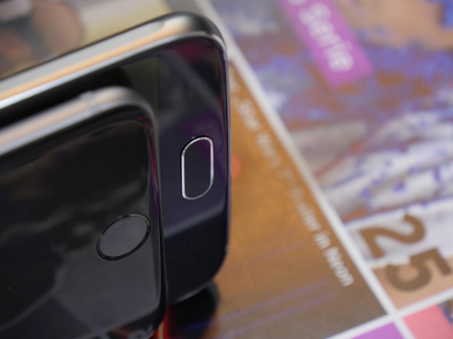 Das iPhone 6 (vorn) und das Galaxy S6 (hinten).