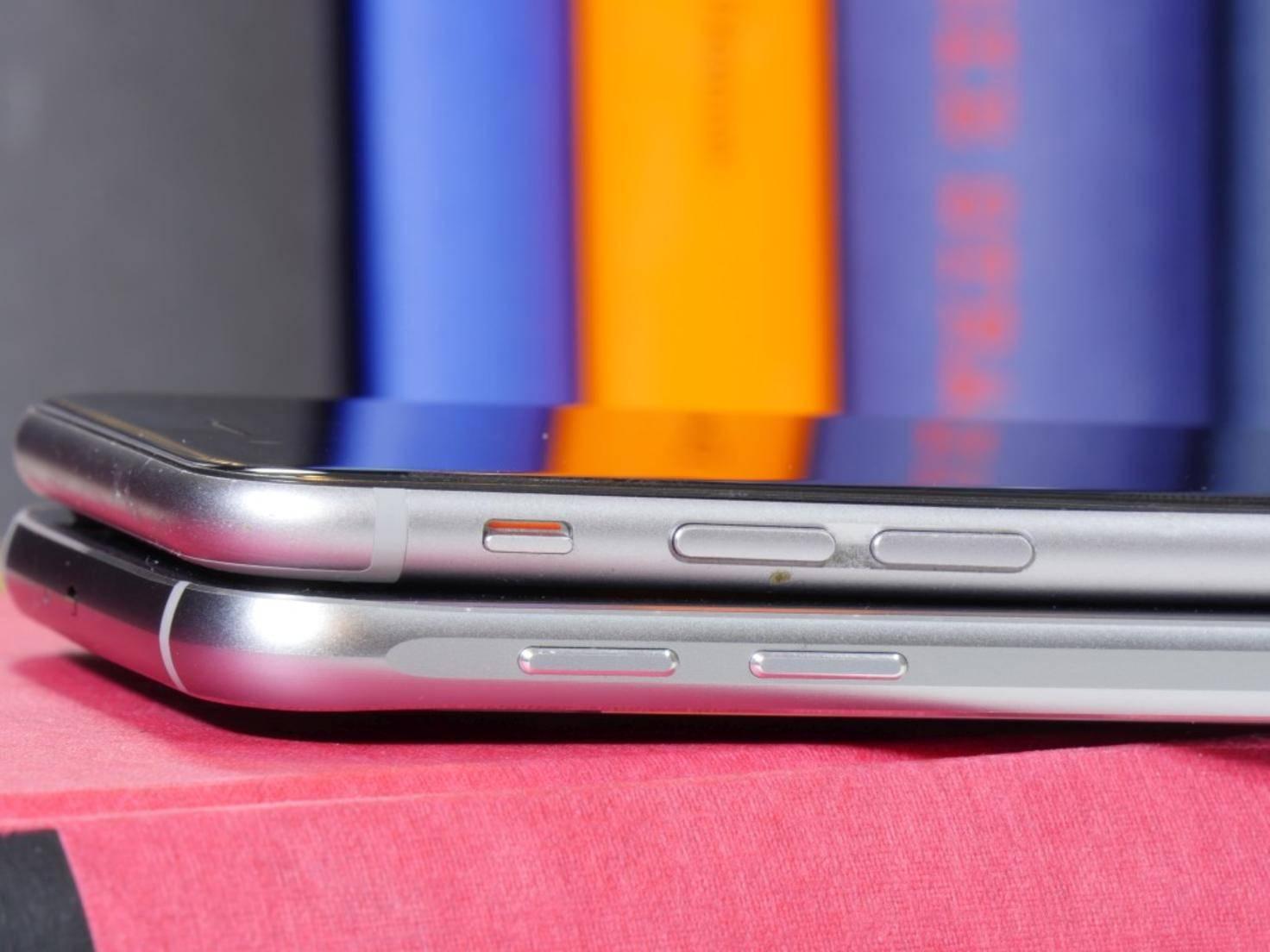 iPhone 6 (oben) und Galaxy S6 im Vergleich.