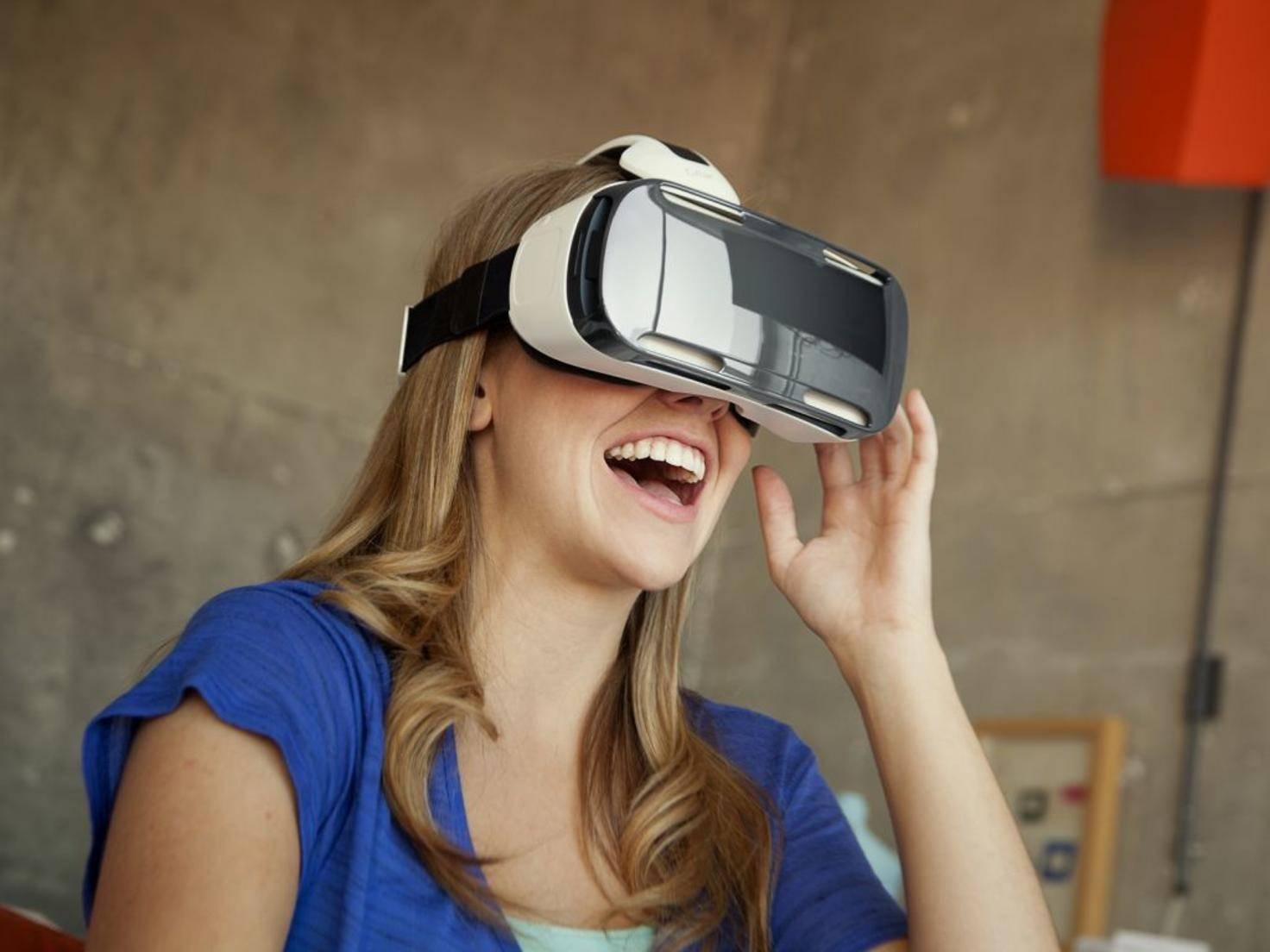 Die Samsung Gear VR ist eine Kunststoffbrille, in der man sein Smartphone als Bildschirm nutzt, ebenso wie ...