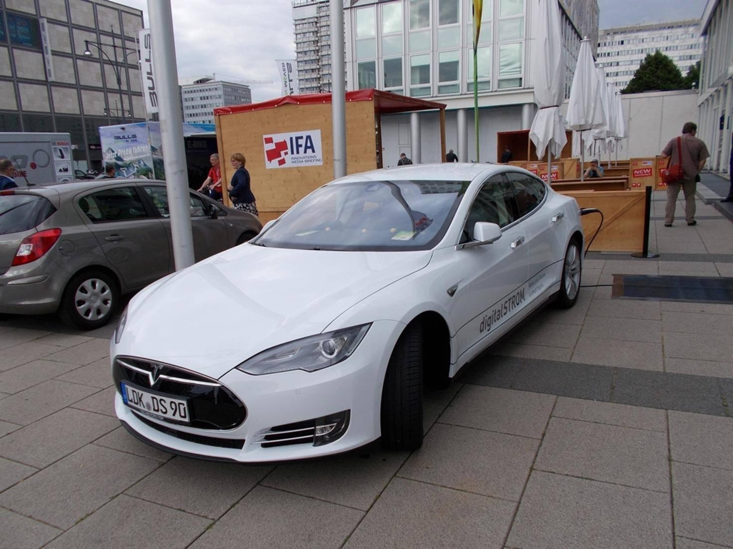 Als Fahrzeug kam dabei ein Elektroauto von Tesla zum Einsatz.