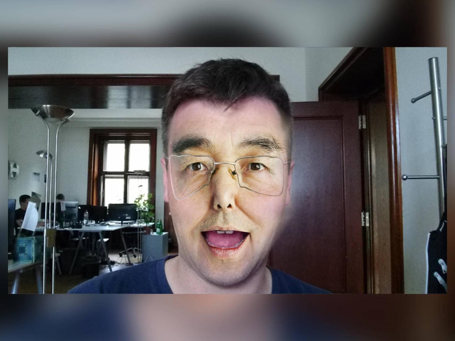 Dank AR-Effekt kann man sich eine Maske aufsetzen.