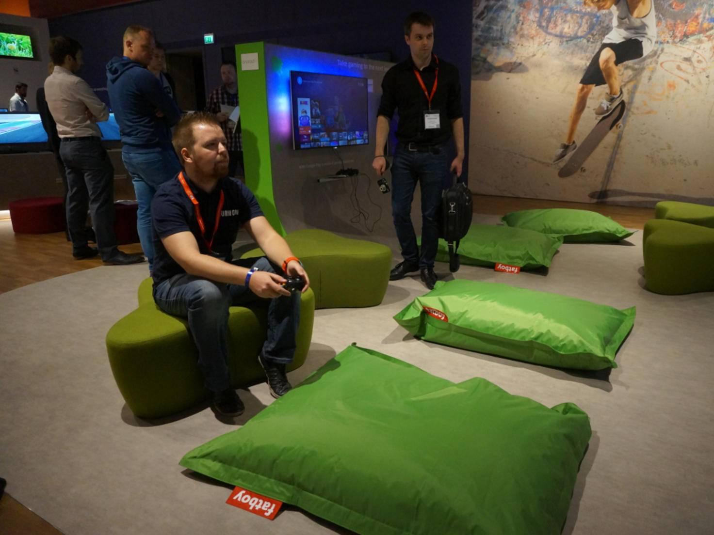 Jens und Patrick waren die ersten Besucher überhaupt am Android TV-Stand von Philips.