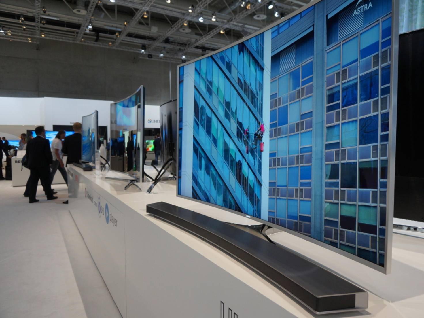 Der Samsung-Stand: Curved TVs wohin man schaut.
