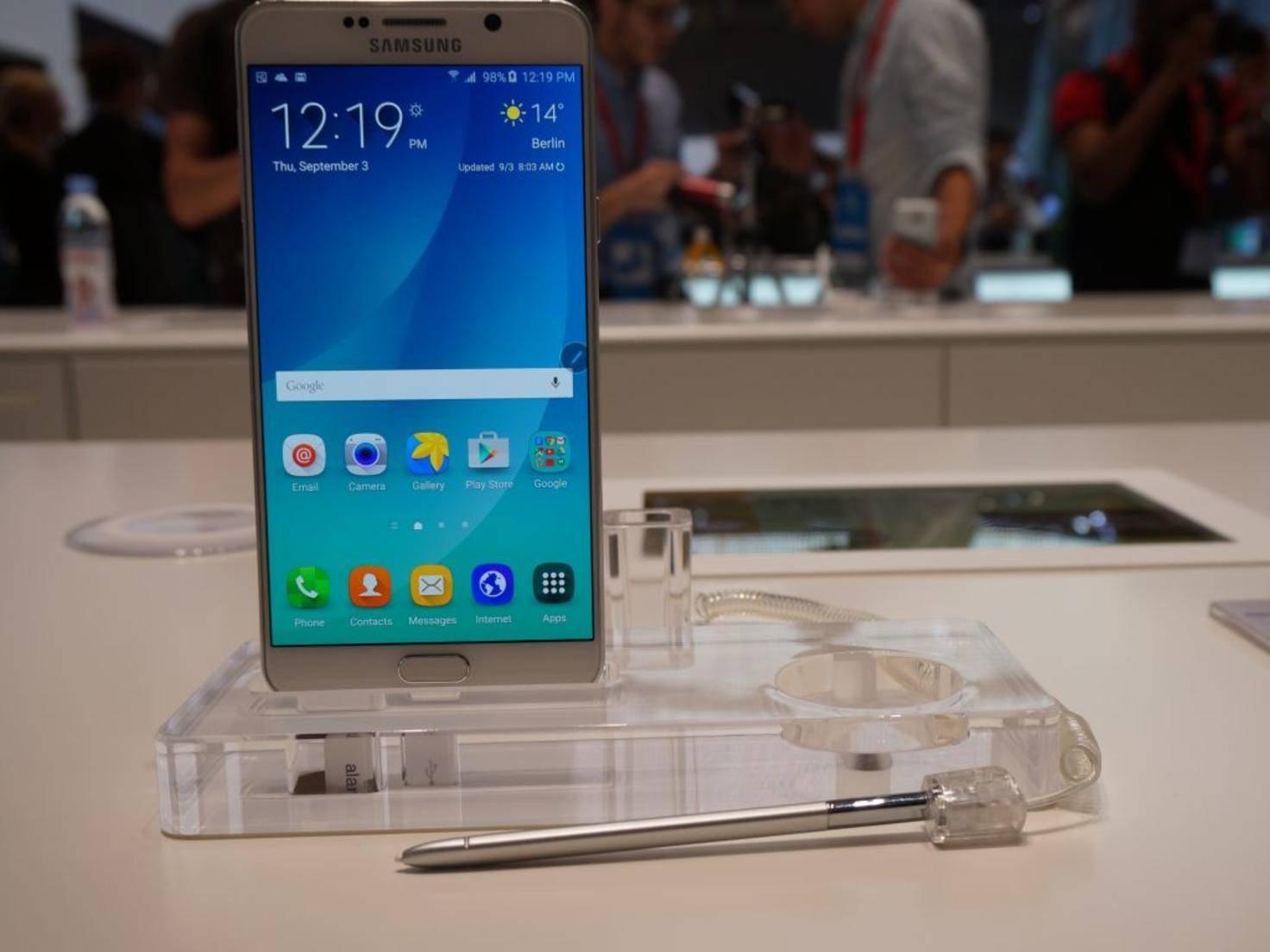 Das 5,7-Zoll-QHD-Display punktet mit hoher Pixeldichte und Helligkeit.