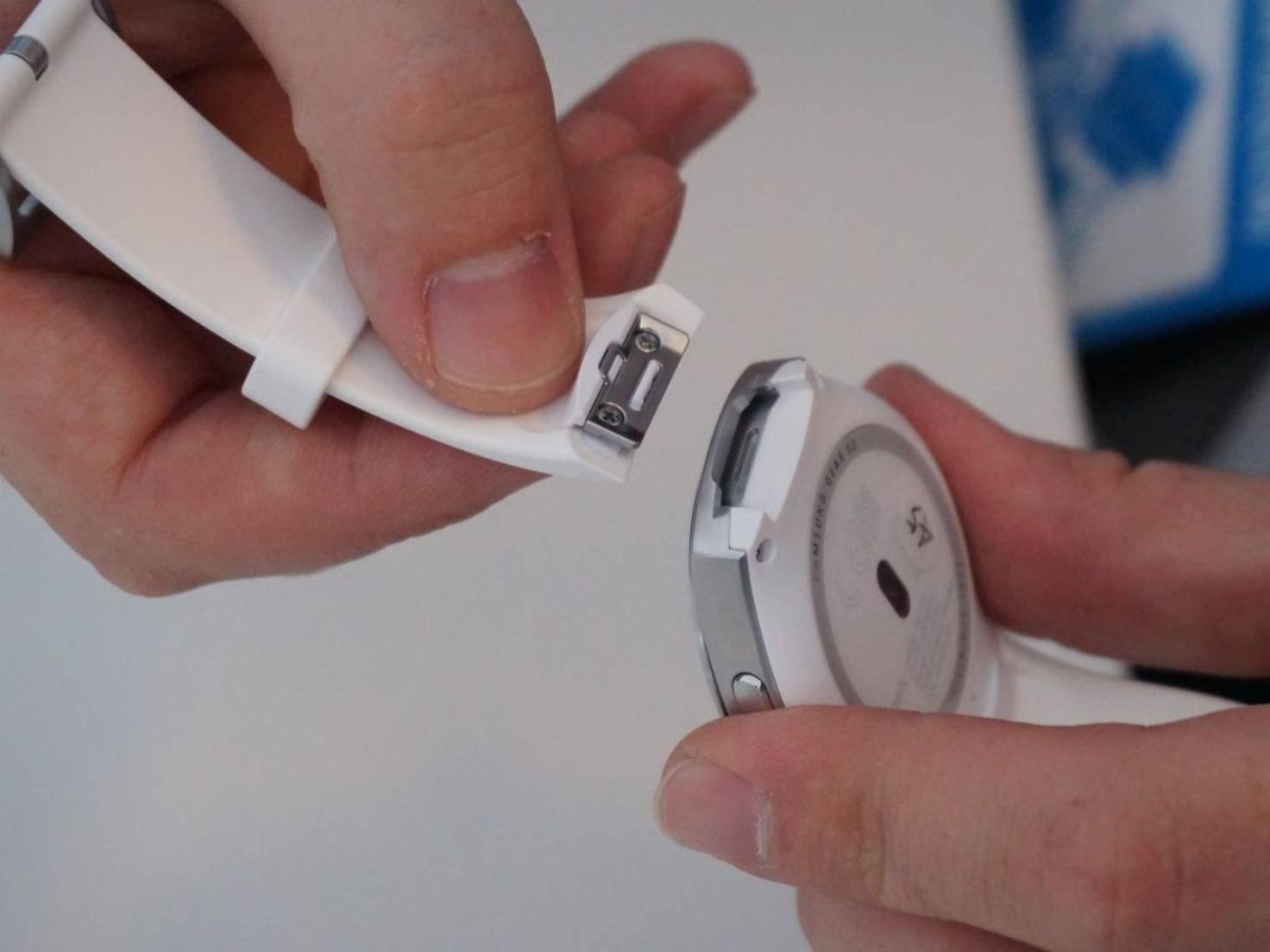 Die Armbänder können einfach abgenommen und ausgetauscht werden.