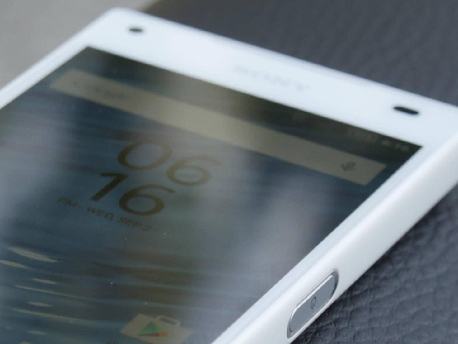 Der Bildschirm des Xperia Z5 Compact löst mit 1280 x 720 Pixeln auf, was bei 4,6 Zoll 319 ppi entspricht.
