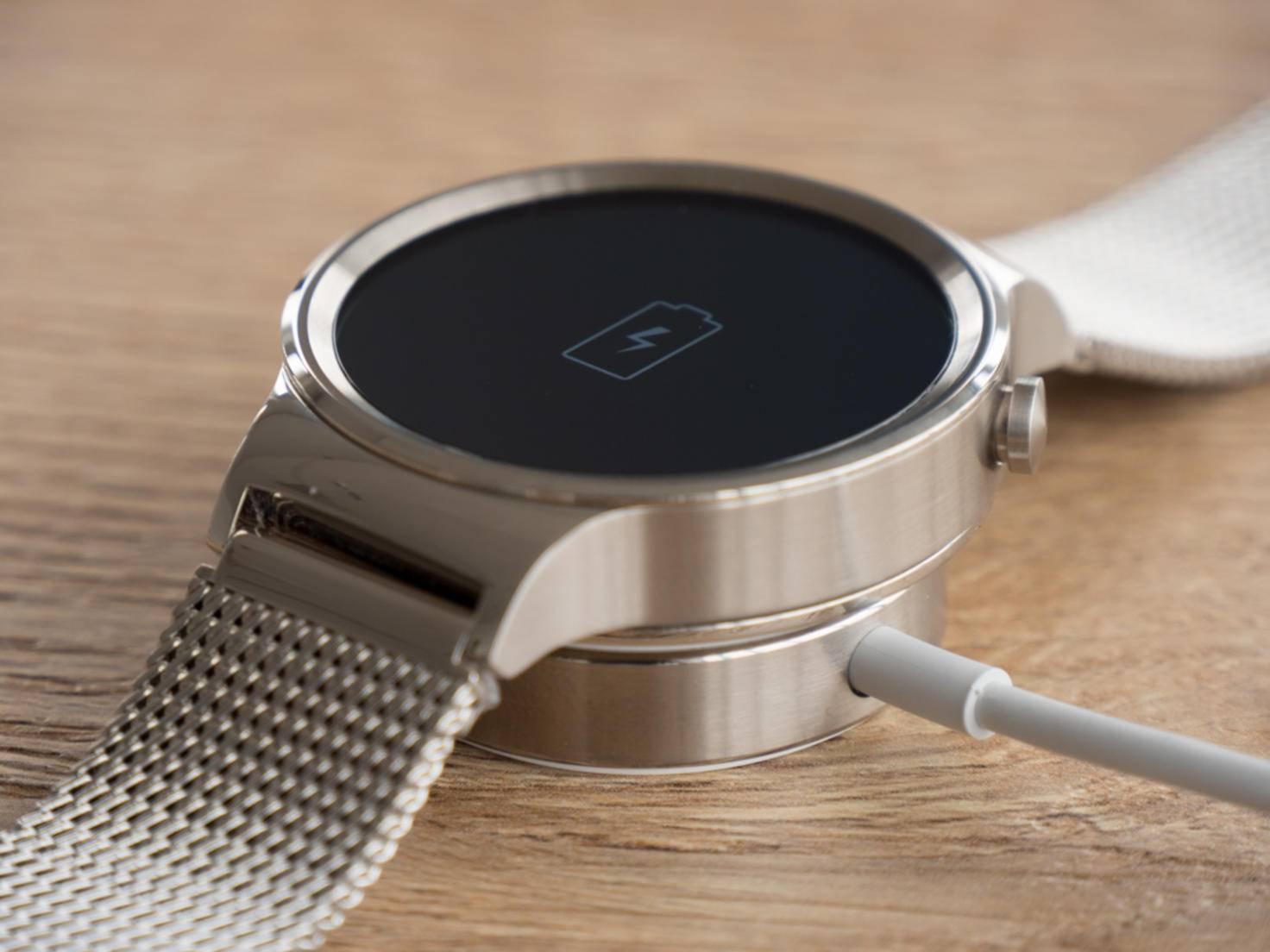 Ladestation und Uhr sind zudem magnetisch, damit das Wearable sicher sitzt.