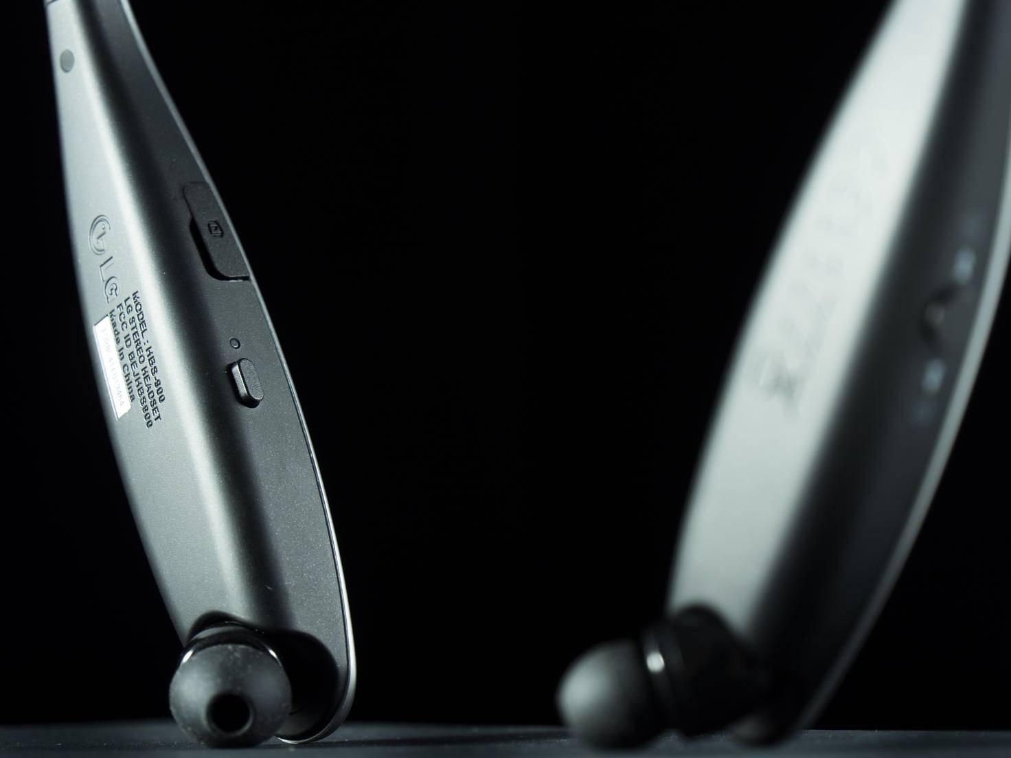 An den Enden des Headsets sitzen die ausziehbaren In-Ears.
