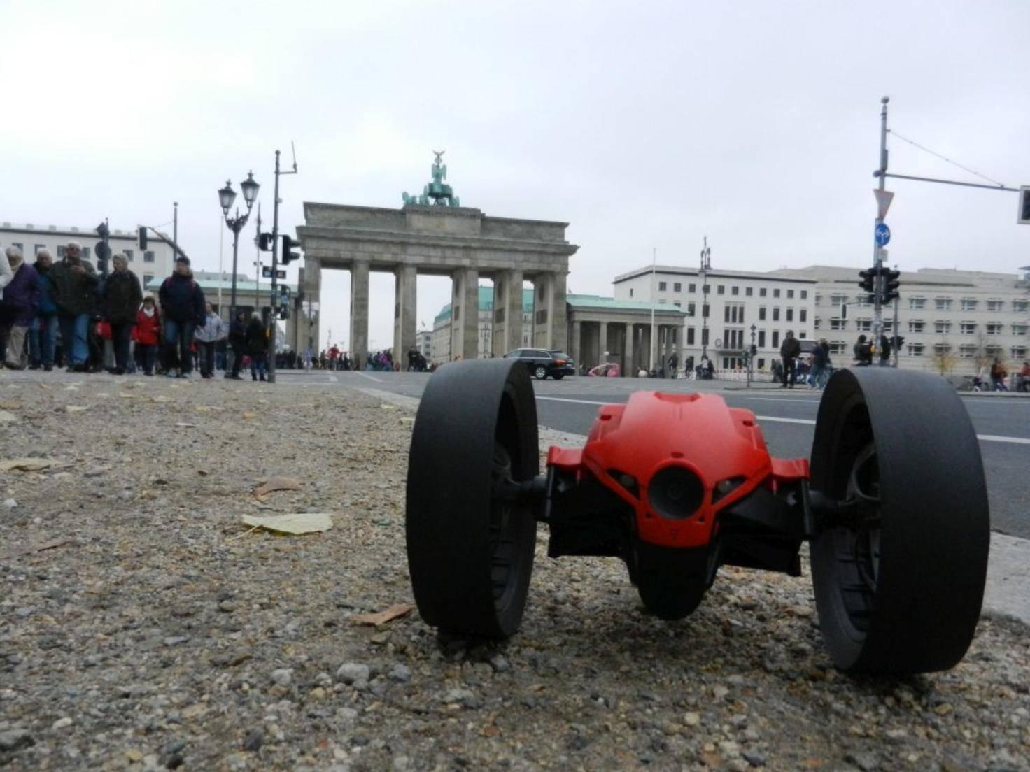 Geschafft! Die Jumping Race Drone am Ziel Brandenburger Tor.