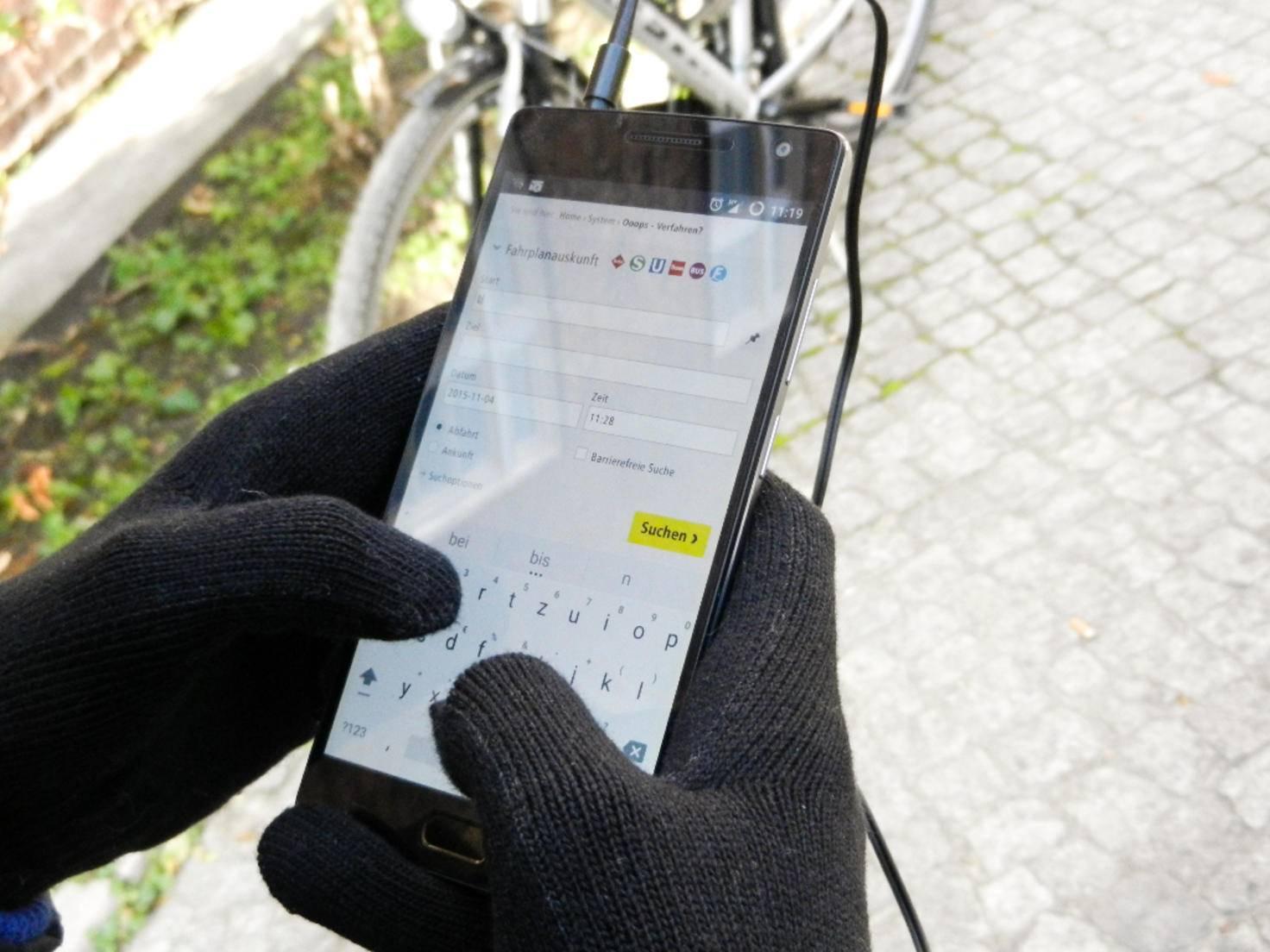 Aufgrund einiger Drähte in den Fingerkuppen lassen sich auch Touchscreens bedienen.