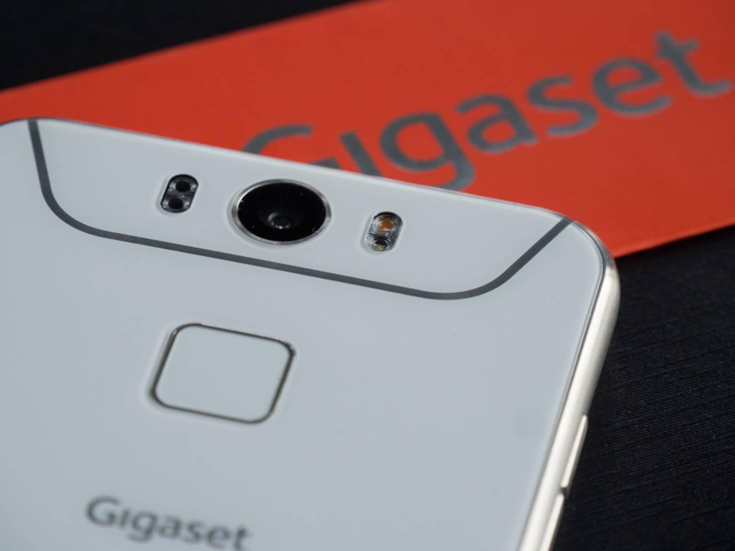 Der Fingerabdrucksensor ist direkt unter der Kamera platziert.