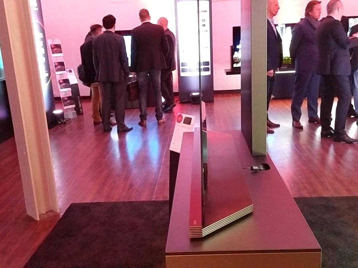 Seitlich betrachtet wirkt das 2,57 Millimeter dicke Display wie ein schwarzer Strich im Raum.