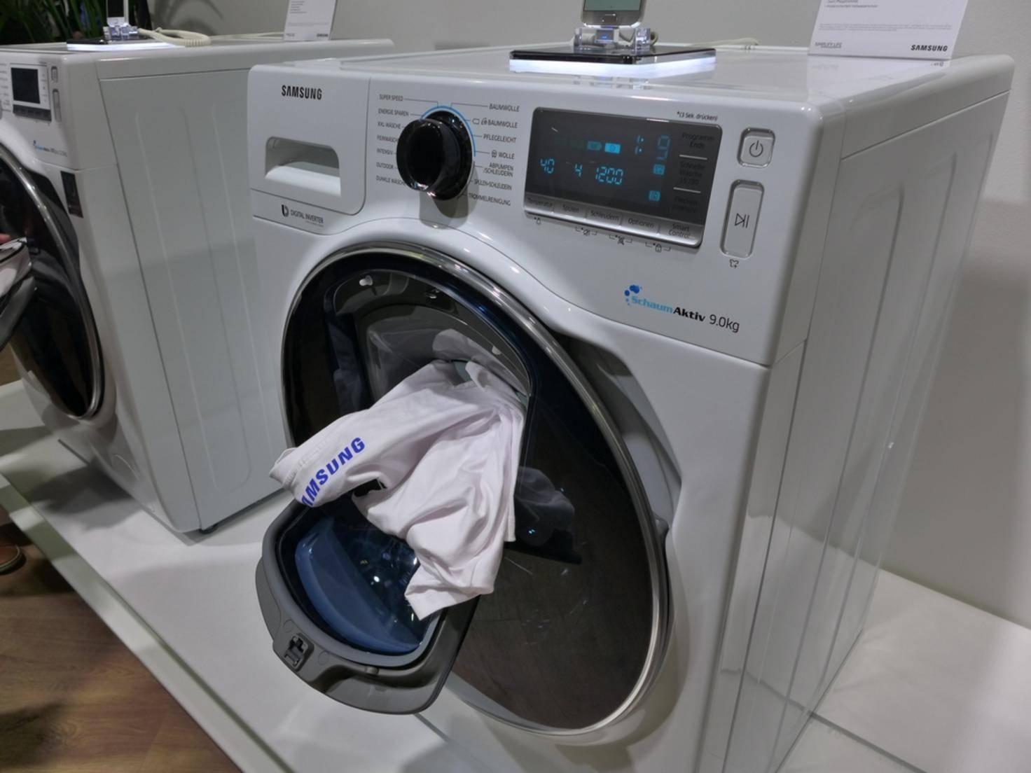 Bei der Samsung AddWash kann man Wäsche einfach nachlegen.