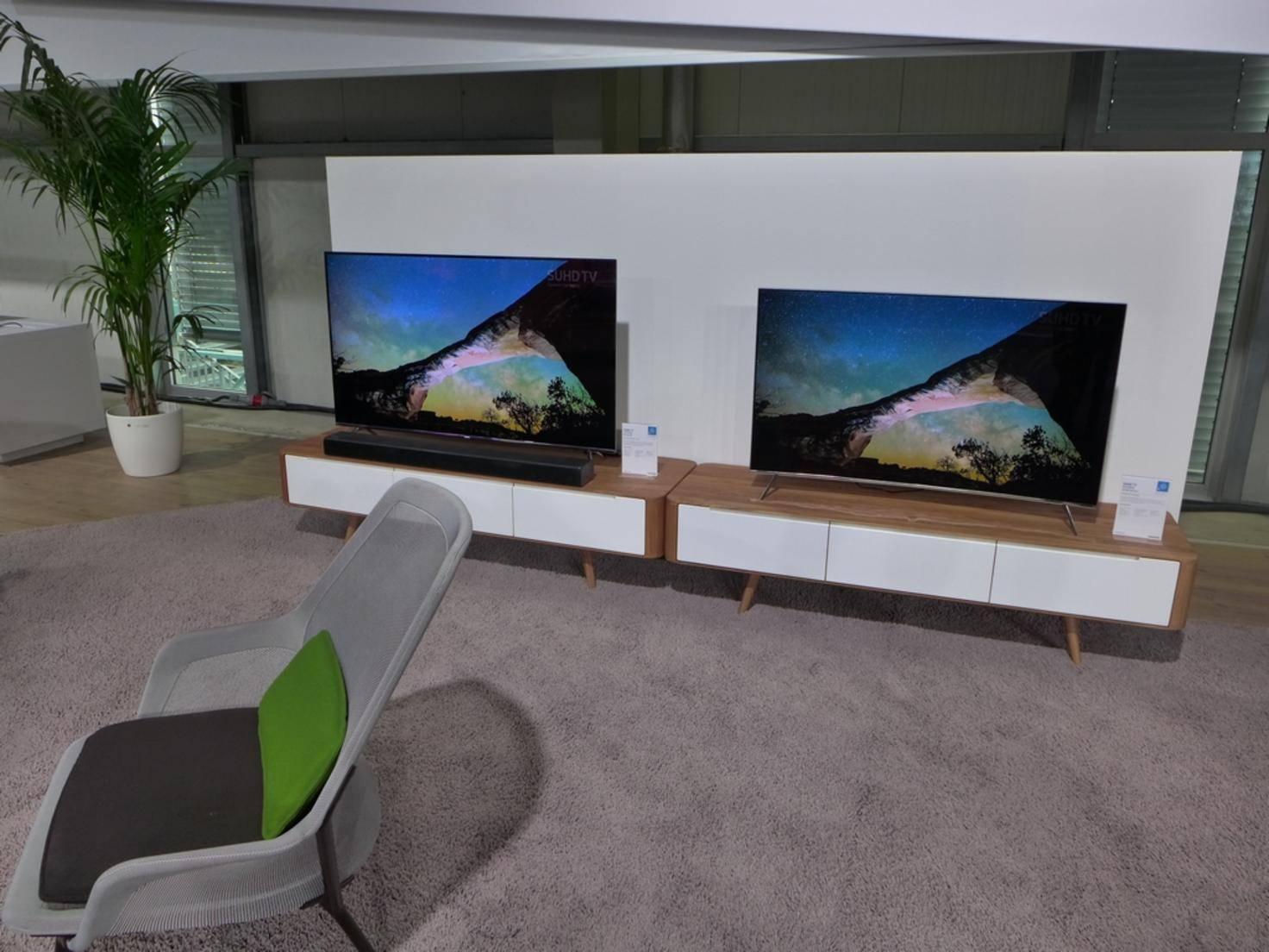 Einige TVs waren auch im Wohnzimmer-Ambiente aufgebaut.