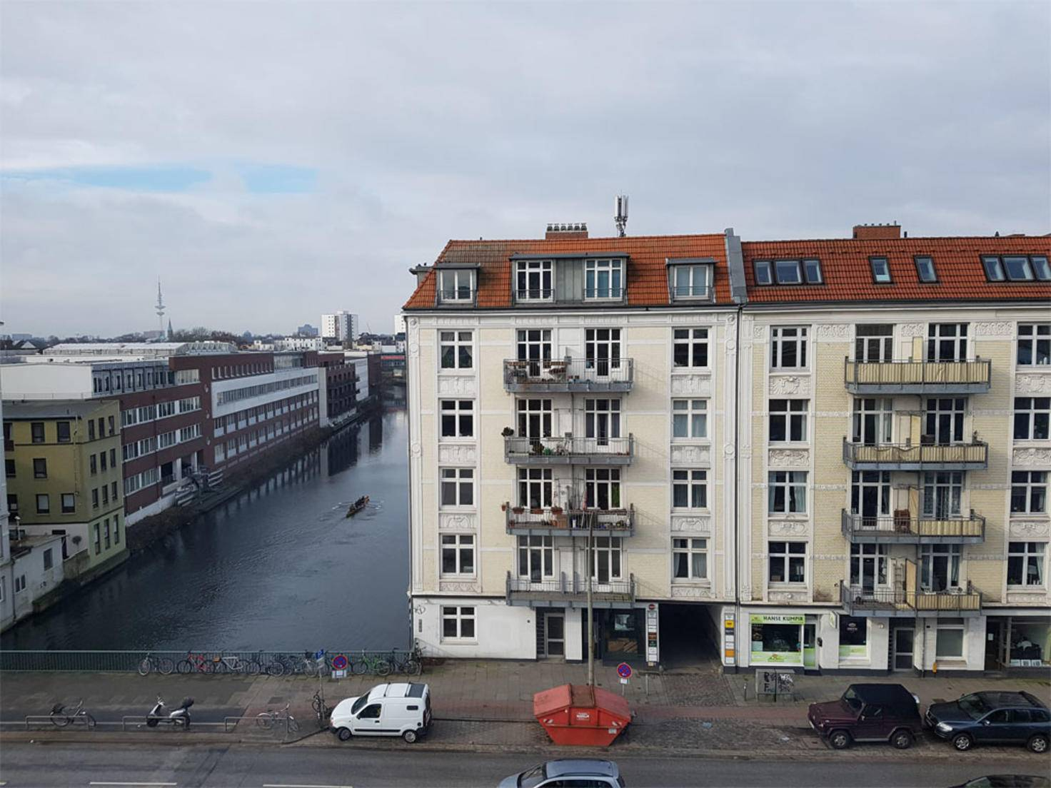 Selbst durch ein Fenster bei Hamburger Schmuddelwetter entstanden ansehnliche Aufnahmen.