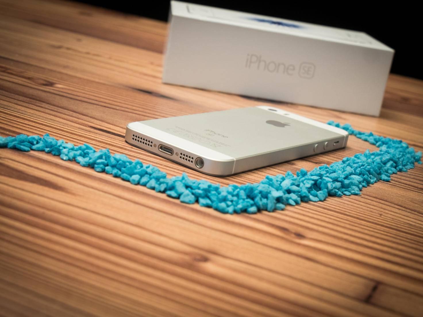 Die Gehäuseseite des iPhone SE ist matt lackiert.