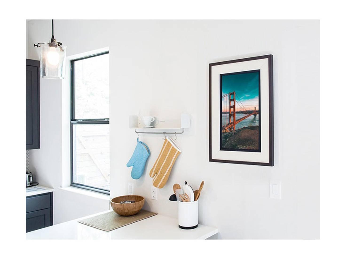 Das Acanvas-Display gibt es wahlweise mit schwarzbraunem Rahmen...