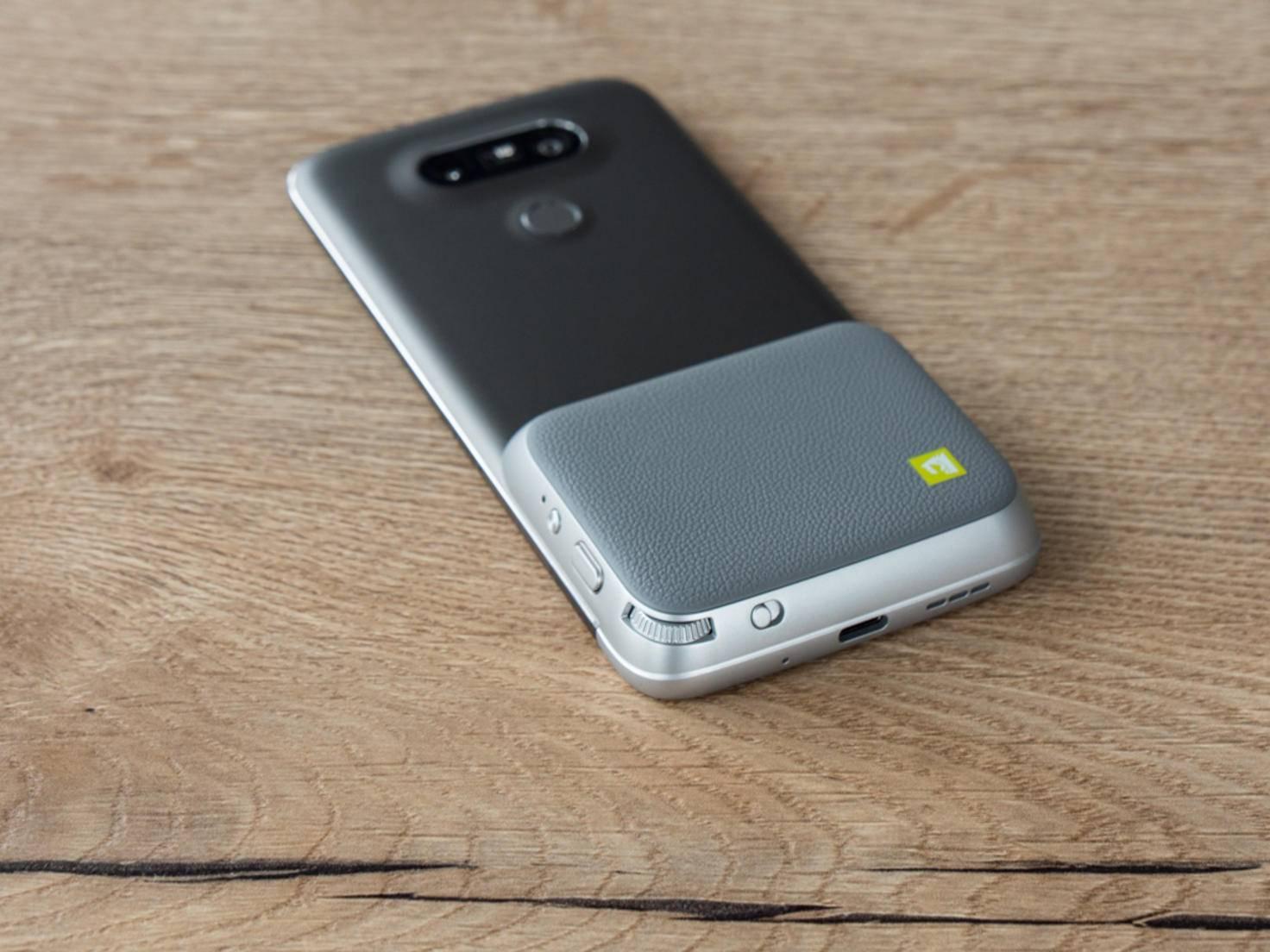 Das Cam Plus wird unten am LG G5 angebracht.