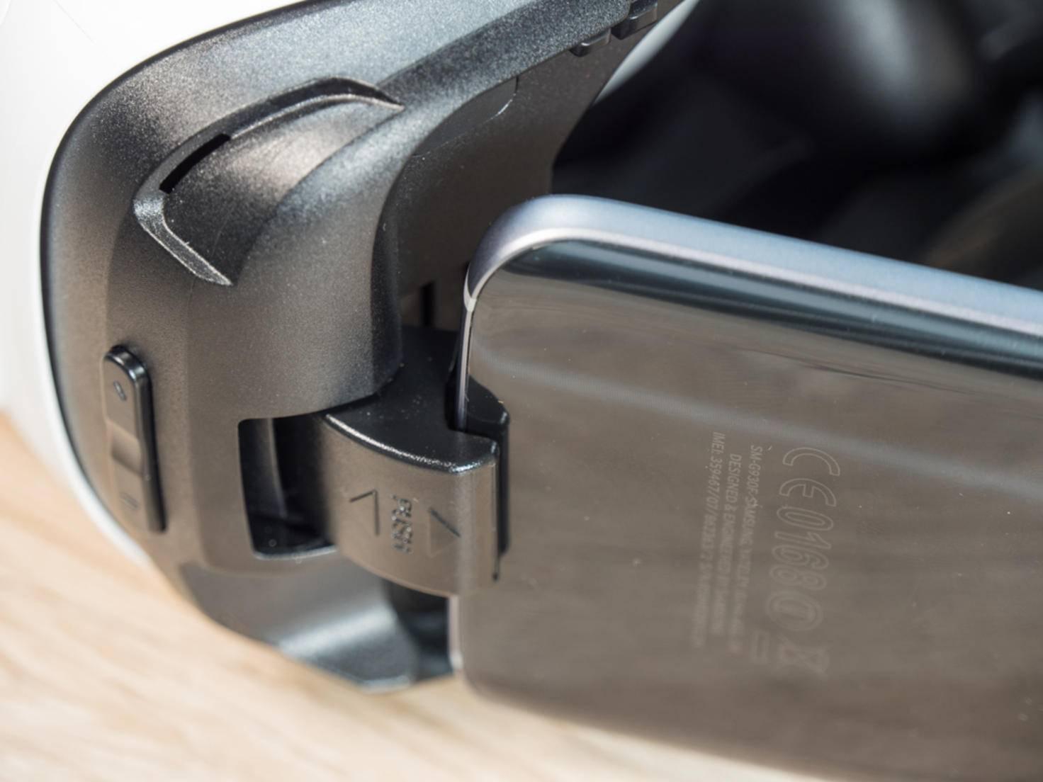 Die Öffnung hat einen gewissen Spielraum für Smartphones unterschiedlicher Größe.
