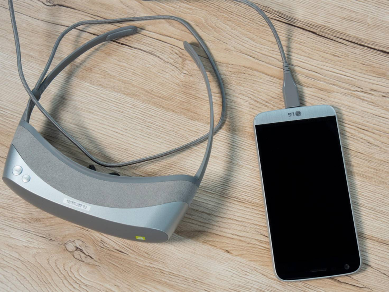 Die LG 360 VR wird mit einem USB-Kabel an das LG G5 angeschlossen.