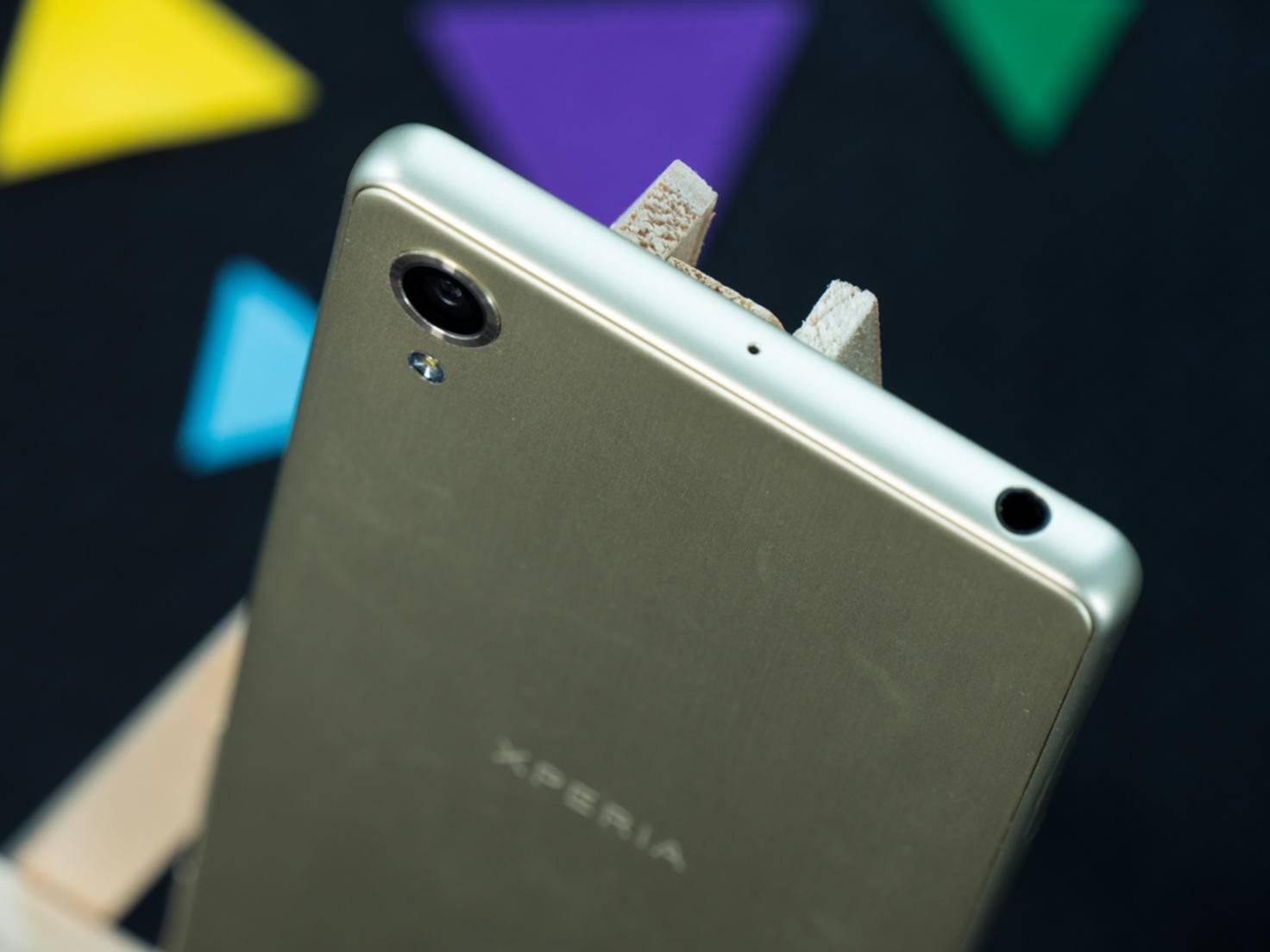 Zum ersten Mal hüllt Sony ein Flaggschiff fast komplett in Aluminium.