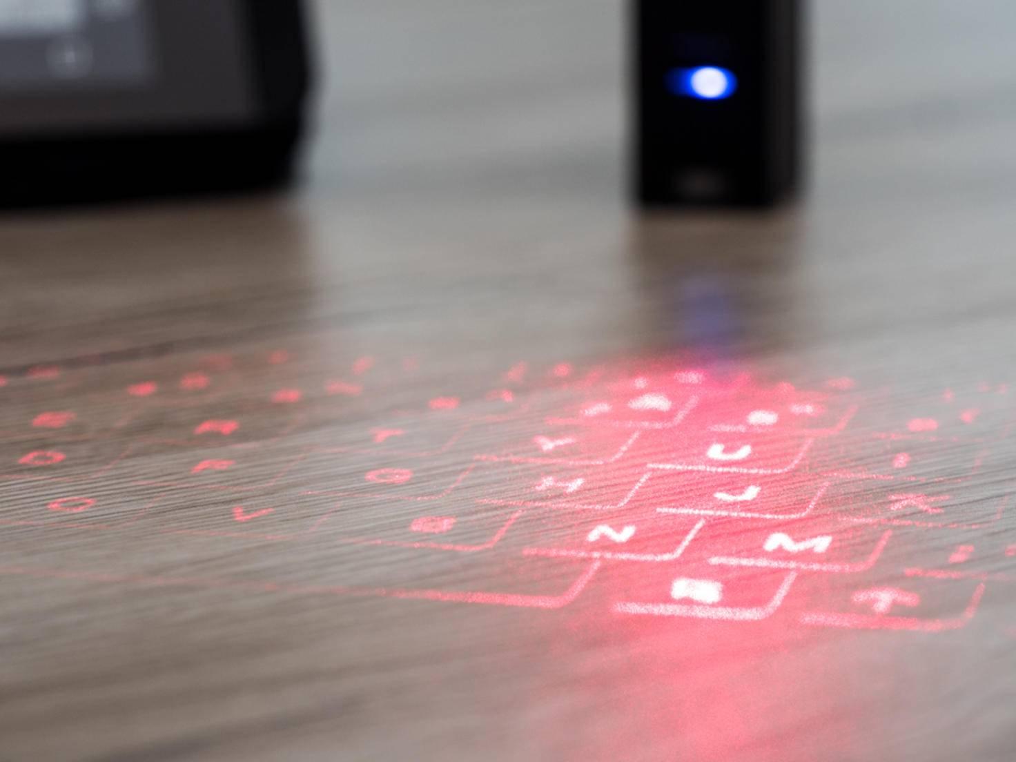 Wer mit dem Laser-Keyboard schreibt, tippt hauptsächlich auf der Tischplatte.