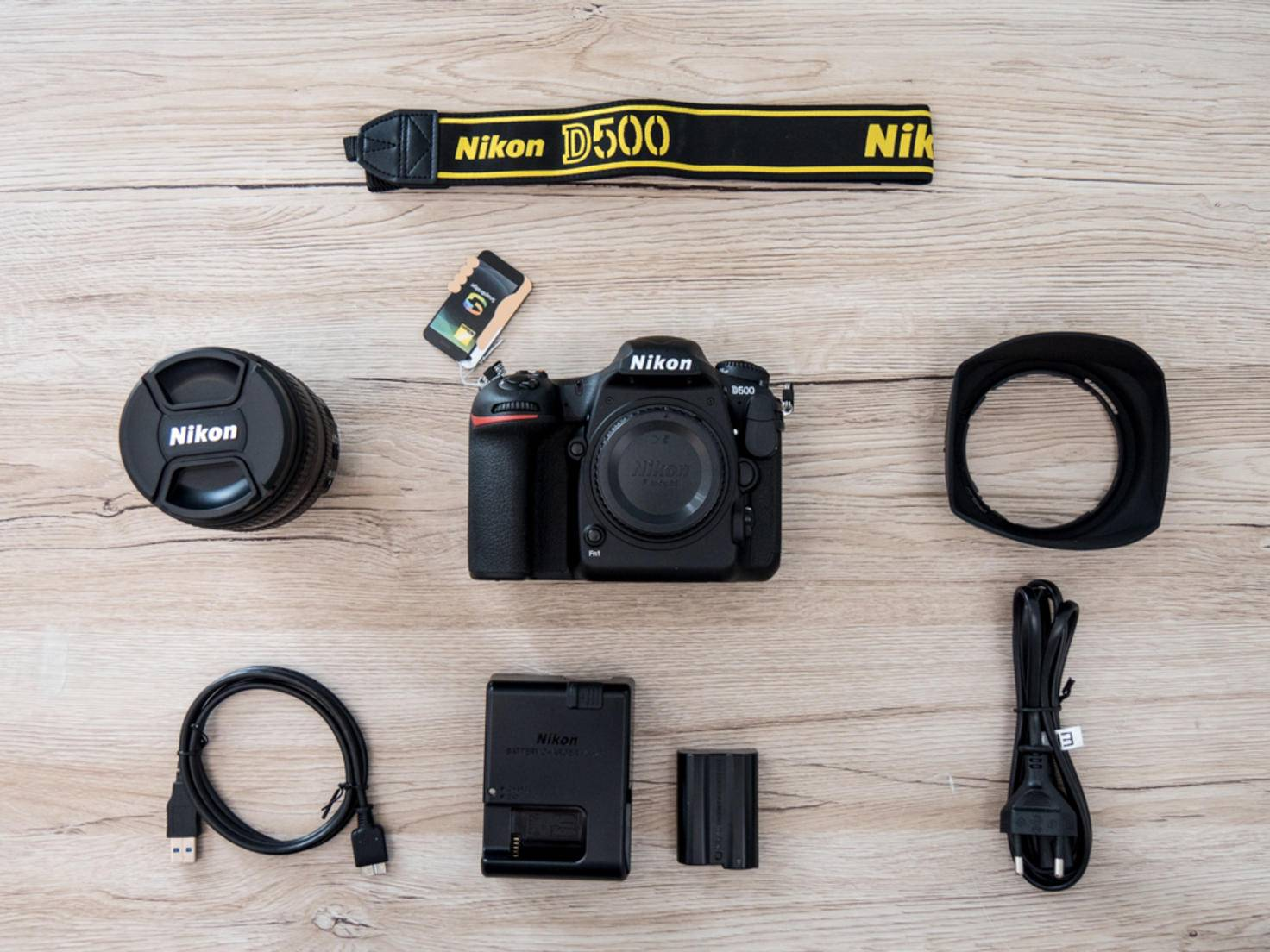 Die Nikon D500 wird mit dem üblichen Zubehör ausgeliefert ...
