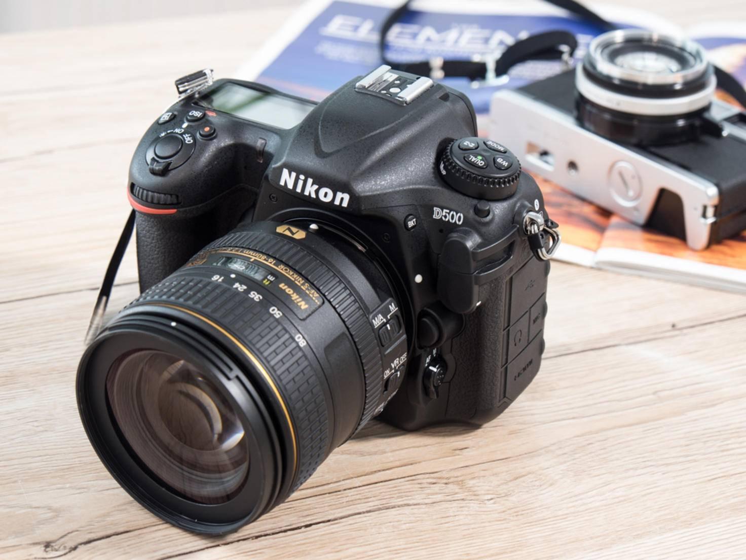 Die Kamera ist leicht voluminöser als normale ...