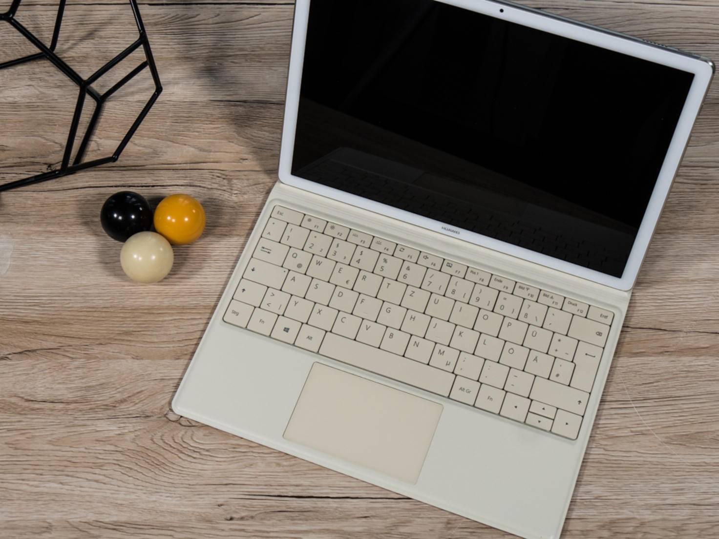 Die Tastaturhülle im Leder-Look schützt das Tablet gleichzeitig beim Transport.