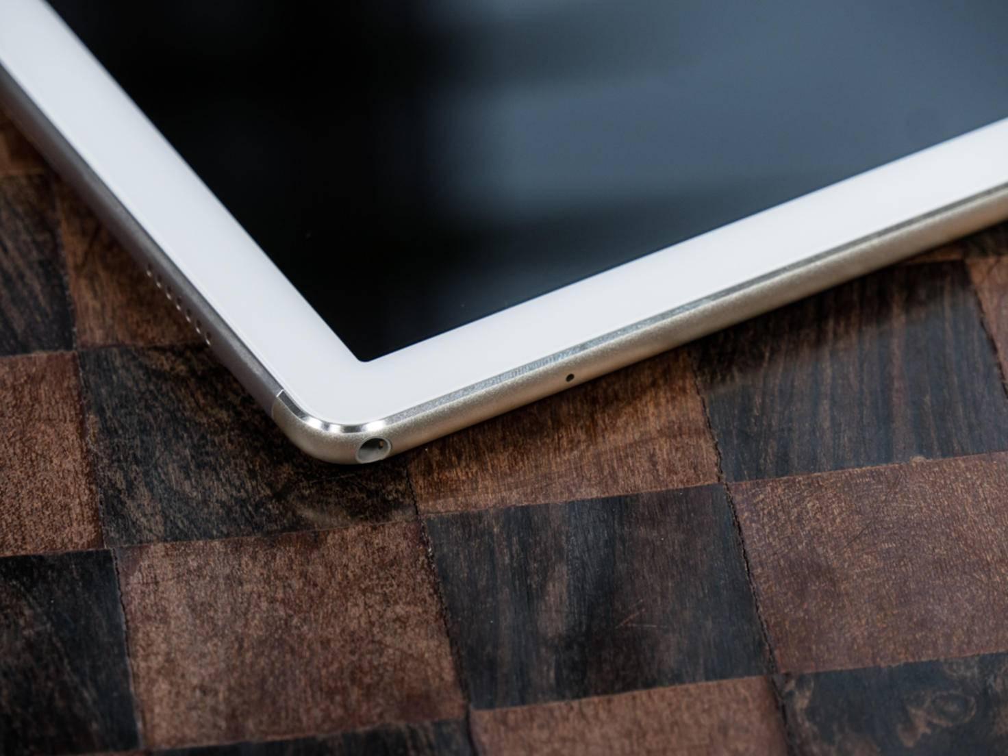 Außer USB-C-Port und Kopfhöreranschluss besitzt das MateBook keine Ports.