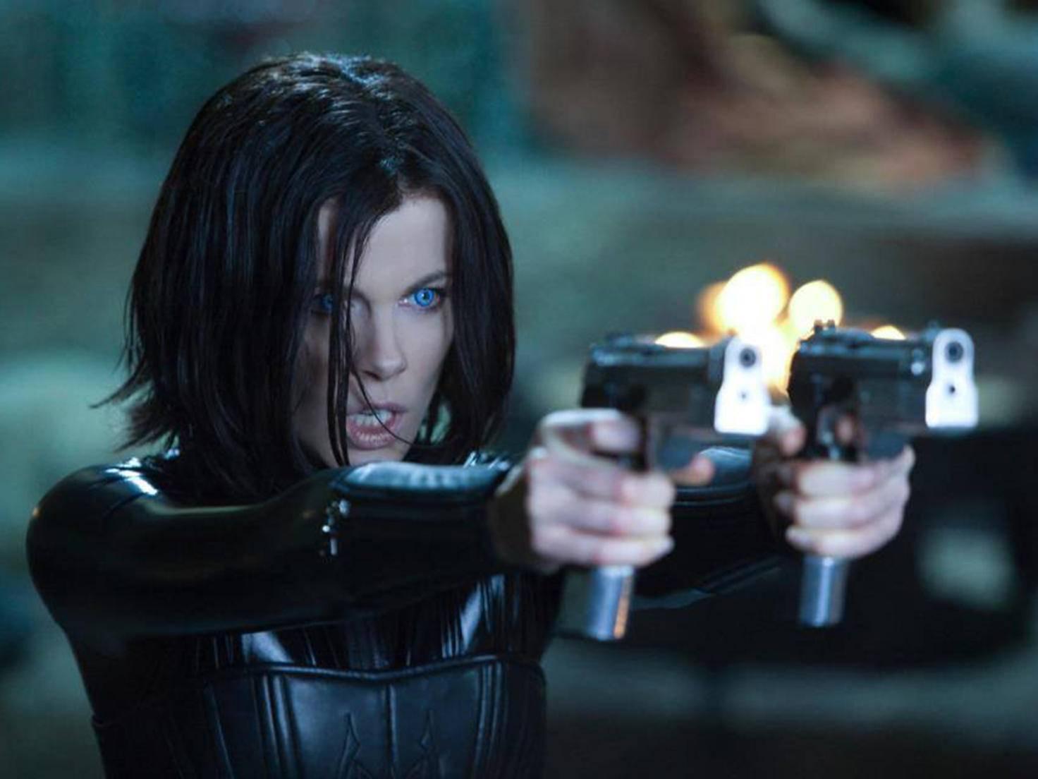 Selene benutzt im Kampf gegen die Lykaner schweres Geschütz.