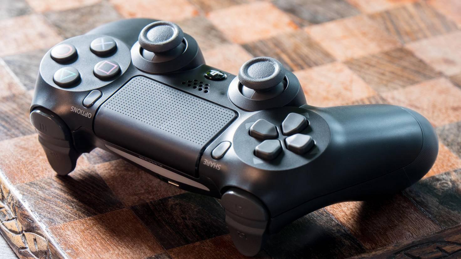 """Drücke die PS-Taste und """"Share"""" gleichzeitig. Dann blinken die LEDs des PS4-Controllers und er kann als Bluetooth-Gerät erkannt werden."""