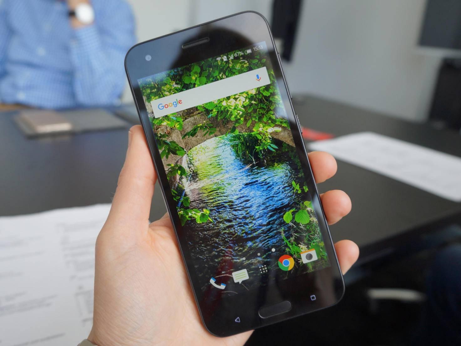 Für 299 Euro gibt es ein robustes Mittelklasse-Smartphone.