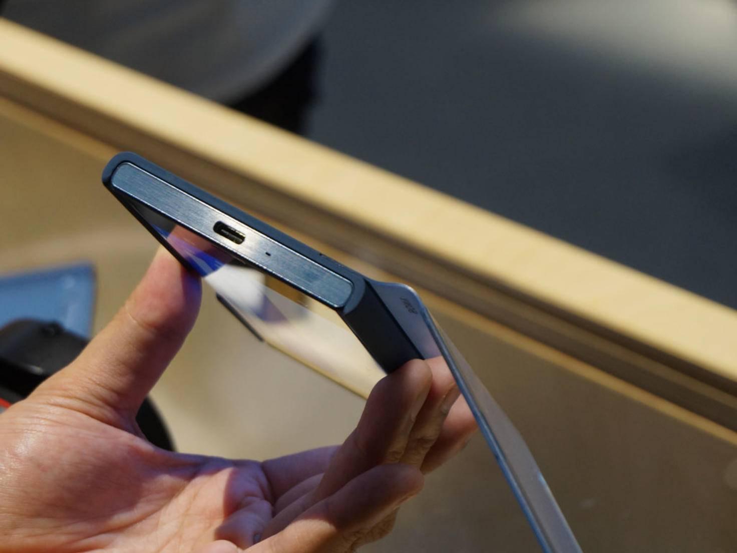 Geladen wird das Xperia XZ per USB Typ-C.