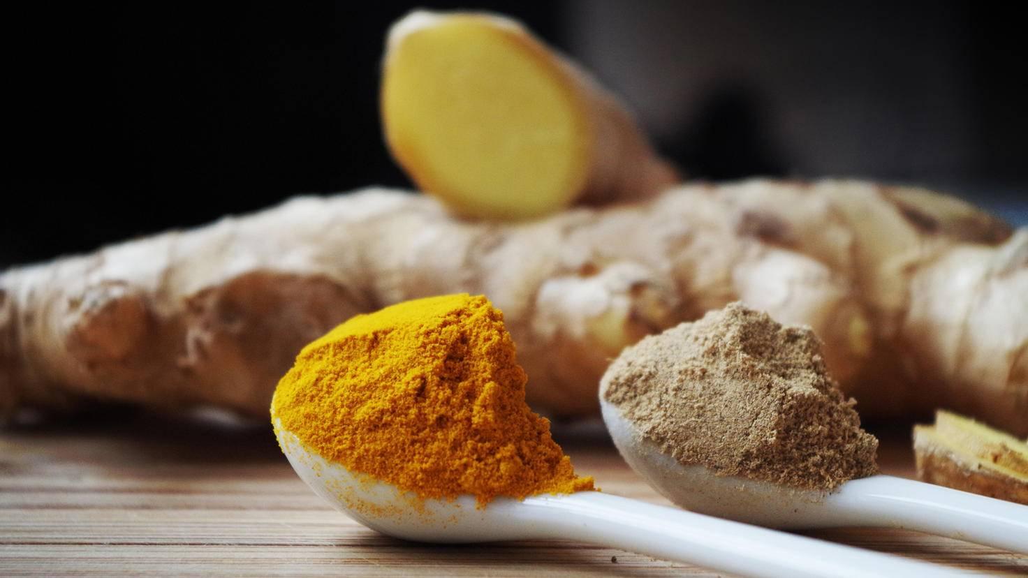 Das orangefarbene Kurkumapulver ist die Grundlage der goldenen Milch.