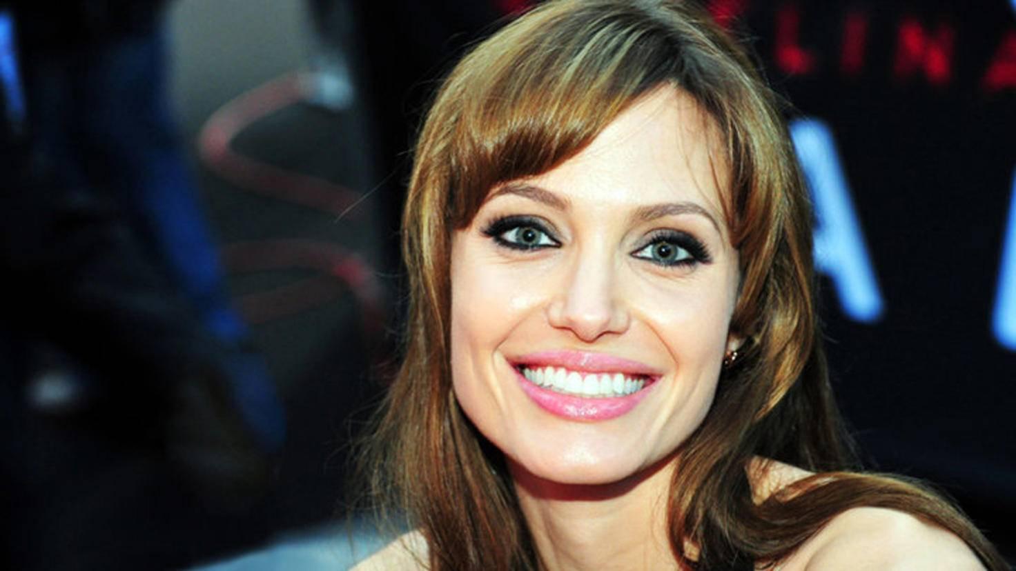 Während andere Kids mit 14 noch die Schulbank drücken, hat Angelina Jolie bereits ihren ersten Berufsabschluss gemacht.