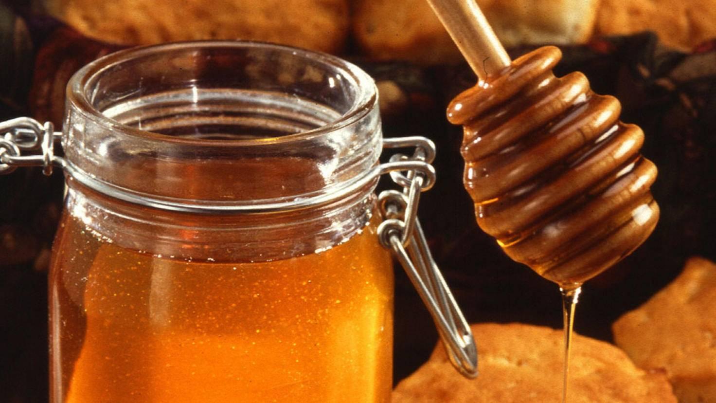 Honig wird im Kühlschrank hart. Fast unsterblich ist er sowieso.