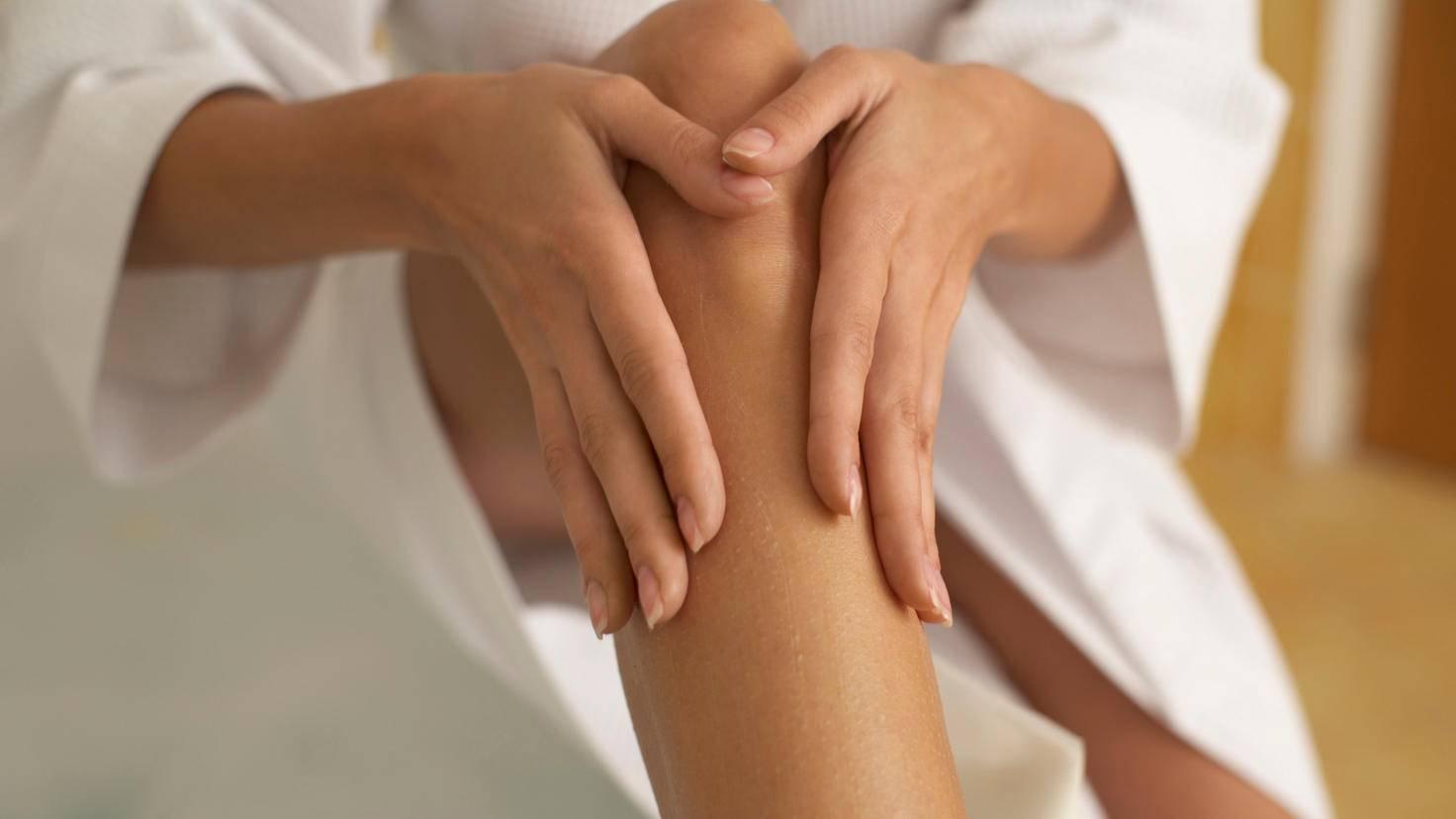 Schon eingecremte Haut kann das Ergebnis einer Körperfettwaage verfälschen.