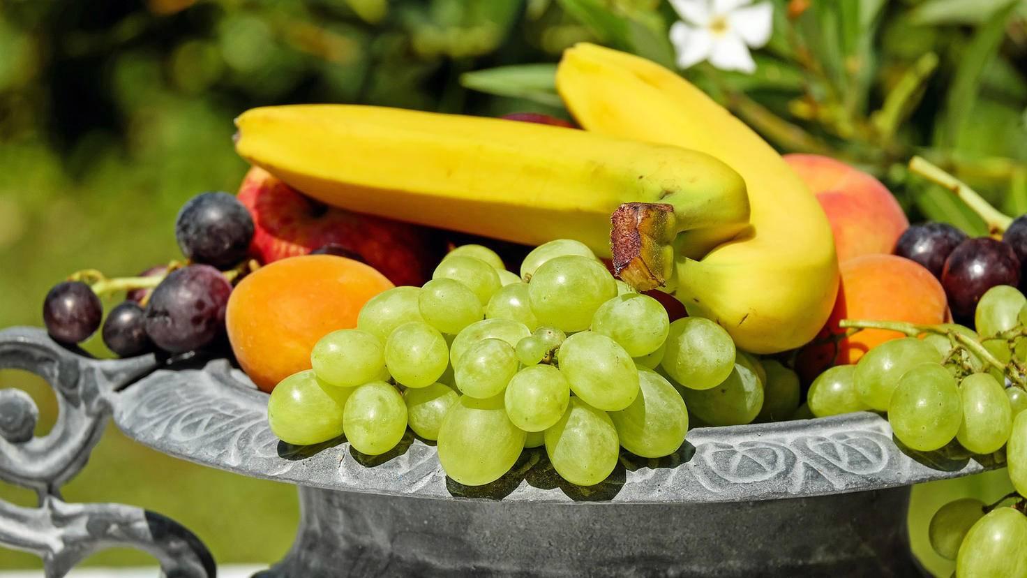 Mit einem Obstkorb auf dem Tisch ist frisches Obst immer griffbereit.