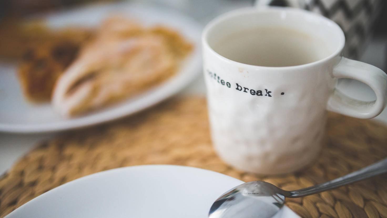 Zucker in Kaffee und Tee gleichmäßig verteilen? Mit dieser Technik ein Kinderspiel.