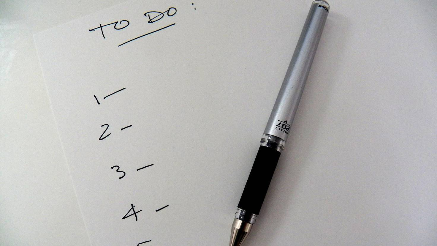 Eins nach dem anderen: Mit einer To-Do-Liste verschaffst Du Dir einen Überblick über den Tag.