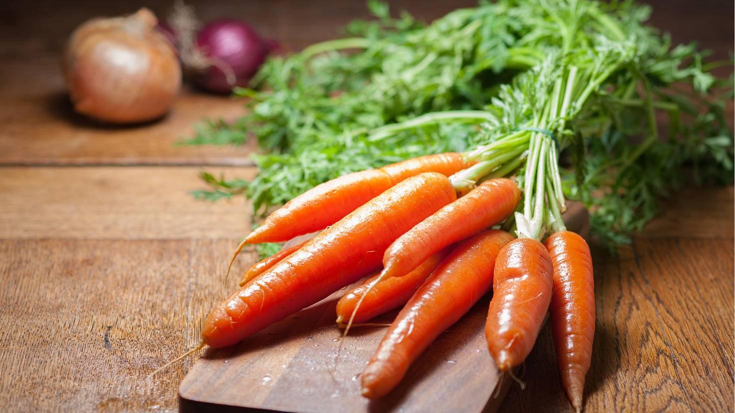 Karotten sind eine leckere Knabberei für zwischendurch und enthalten zudem viel Vitamin A.